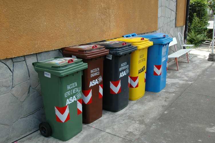 Raccolta differenziata no ai sacchetti di plastica - Contenitori raccolta differenziata casa ...